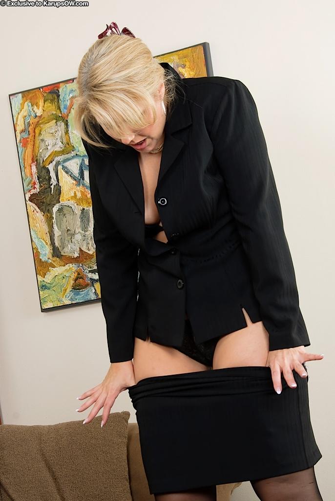 того, знаешь девушка в строгом костюме показывает гениталии после интервью видео секс
